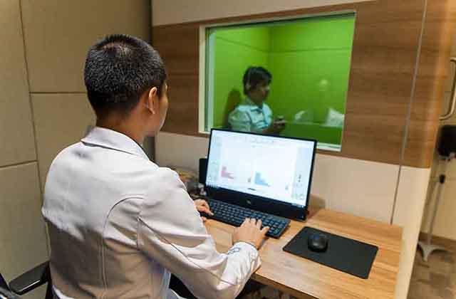 ผู้บกพร่องทางการได้ยิน ใส่เครื่องช่วยฟังปรึกษา ผู้เชี่ยวชาญด้านเครื่องช่วยฟัง